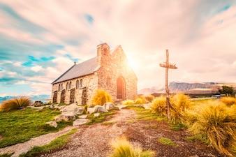 Paisaje soleado con una iglesia