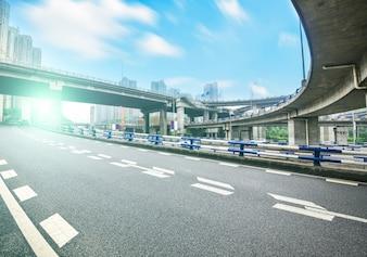 Paisaje urbano con autopista
