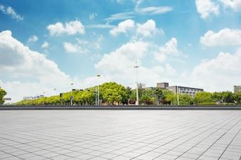 Paisaje urbano y el horizonte de chongqing en el cielo nube en la vista desde el suelo vacío