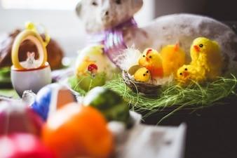 Pájaros del juguete en un nido
