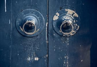 Panel de puerta negro y cerradura de cobre