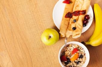 Panqueques y cereales con frutas