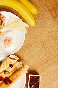 Panqueques y huevo para el desayuno