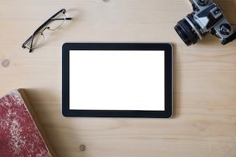 Pantalla de la tableta con las gafas de la cámara y el libro