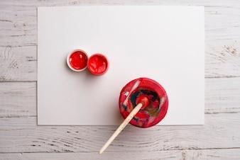 Papel con pintura roja y pincel