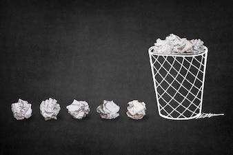 Papelera con bolas de papel