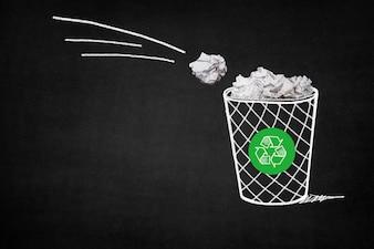 Papelera llena de papeles con un símbolo de reciclaje