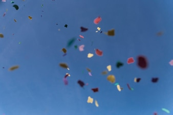 Papeles de colores cayendo del cielo