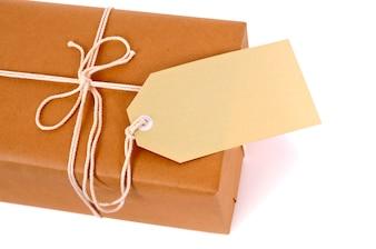 Paquete de correo con cuerda y etiqueta