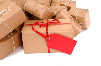 Paquetes de correo con etiqueta roja de regalo