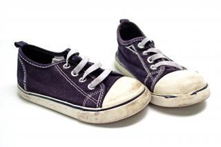 Par de zapatillas de color azul y blanco junto cabrito