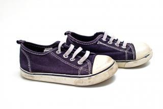 Par de zapatillas de color azul y blanco, junto