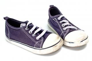 Par de zapatillas de deporte infantil azul y blanco