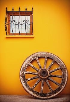 Pared con una rueda de madera apoyada