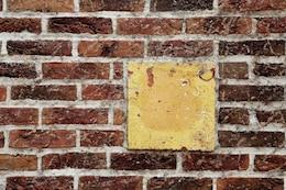 Pared de ladrillo y un cuadrado amarillo