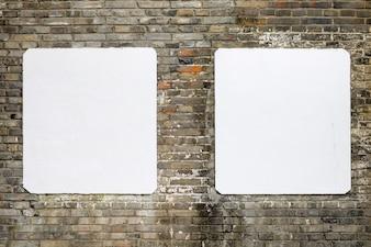 Pared de ladrillos con dos posters