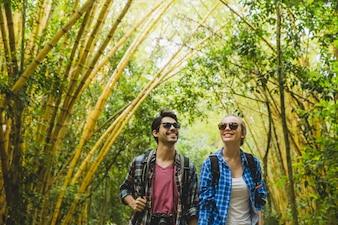 Pareja admirando bosque de bambú