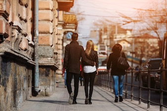 Pareja alejándose andando por la calle