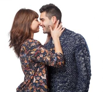 Pareja apunto de besarse