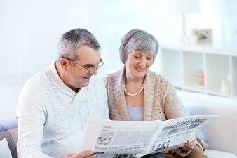 Pareja compartiendo el periódico