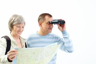 Pareja con binoculares y mapa