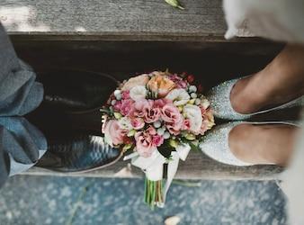 Pareja con un ramo de flores a sus pies