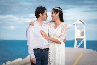 Pareja de boda al lado de la playa
