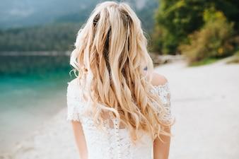 Pareja de boda en el lago di Garda feliz