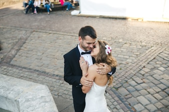 Pareja de casados abrazada en la calle