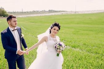 Pareja de recién casados en el prado