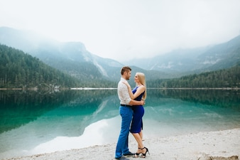 Pareja en Lake Di Garda feliz