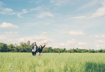 Pareja en un campo verde