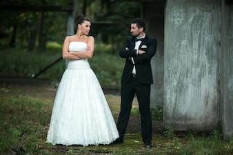 Pareja recién casada con los brazos cruzados