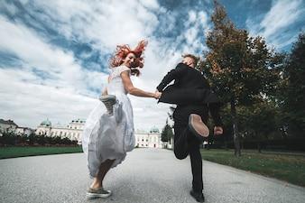 Pareja recién casada corriendo