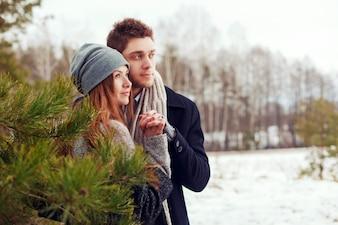 Pareja romántica con las manos cogidas
