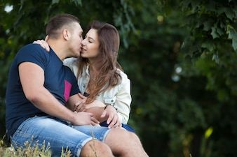 Pareja sentada besándose