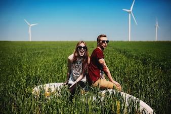 Pareja sentada en un campo verde