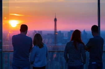 Parejas admirar la Torre Eiffel