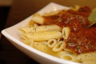 pasta con tomate, aderezo