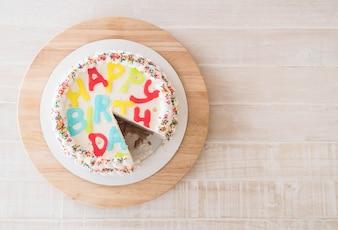 Pastel de feliz cumpleaños en la mesa