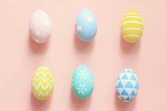 Pastel y coloridos huevos de Pascua de tono sobre fondo de colores