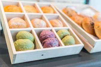 Pasteles de colores brillantes en el refrigerador.