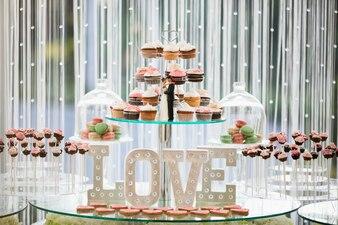 Pasteles en bandejas con la palabra  love