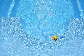 Pato De Goma Amarillo. Pato de goma amarillo en la piscina de la casa en el verano
