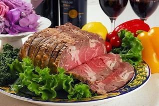 pedazo de carne verduras carne asada limón bulto
