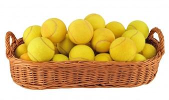 Pelotas de tenis en una cesta