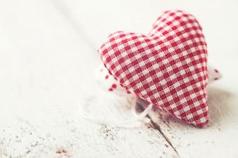Peluche con forma de corazón a cuadros blancos y rojos