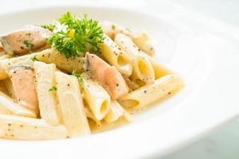 Penne carbonara de pasta con salmón