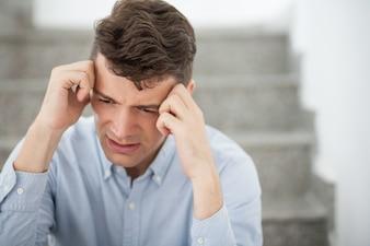 Pensando en la oficina emoción masculina cansada