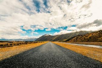 Pequeña carretera en mitad de las montañas